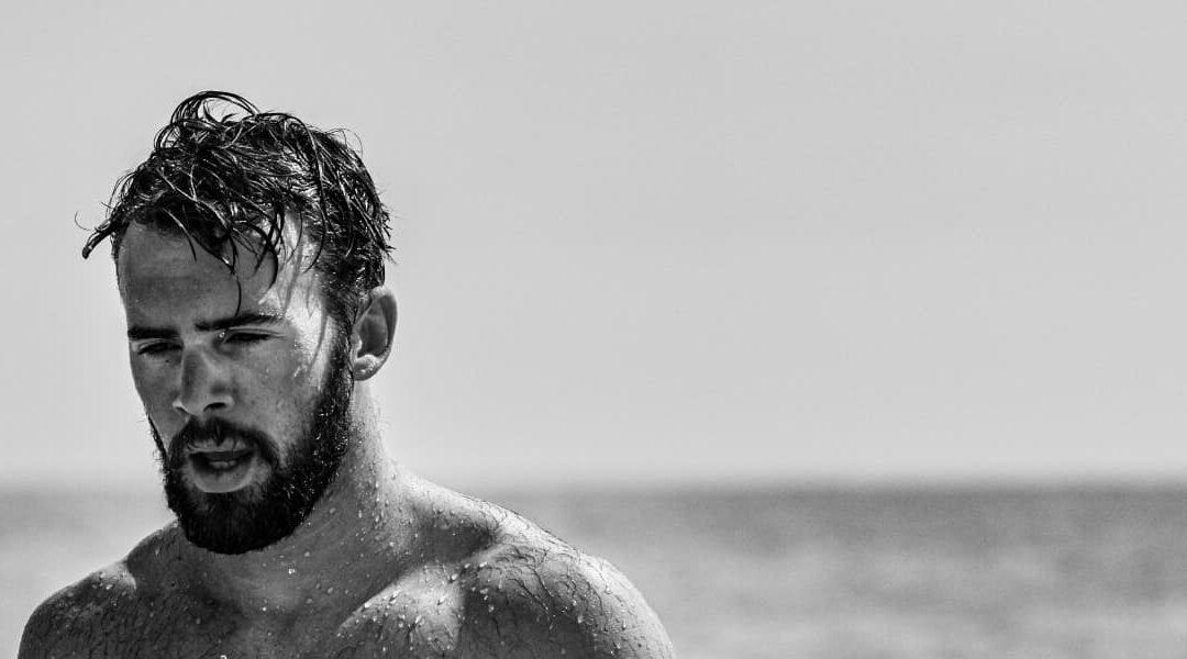 Come proteggere i capelli dal sole e dal mare. Trucchi per un look perfetto anche in estate